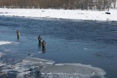Vissers op rivier. Stock Foto