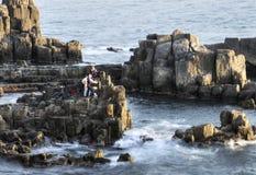 Vissers op steenklip stock foto