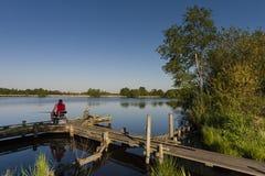 Vissers op steiger, ψαράδες στο προσγειωμένος στάδιο στοκ φωτογραφία