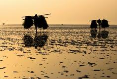 Vissers op zee strand stock foto