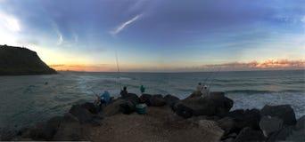 Vissers op Zeeweg bij Schemer Stock Afbeelding