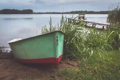 Vissers` s boot bij regenachtige avond met brug op achtergrond Royalty-vrije Stock Afbeelding