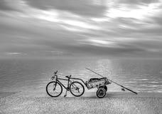 Vissers` s fiets met aanhangwagen op strandboulevard onder dramatische sk royalty-vrije stock afbeeldingen