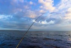 Vissers` s spinnende staaf bij de zonstijging oceaanmeningsachtergrond royalty-vrije stock afbeeldingen