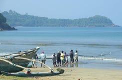 Vissers trekken netto uit de oceaan Sri Lanka stock foto's