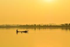 Vissers vissersboot in de ochtend Stock Foto's
