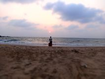 Vissersbelemmering de boot tijdens verbazende zonsondergang Stock Fotografie