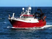 Vissersboot Aan de gang op zee royalty-vrije stock afbeeldingen