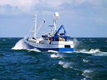 Vissersboot Aan de gang op zee stock fotografie