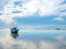 Vissersboot aan de grond over ondiep water royalty-vrije stock afbeelding