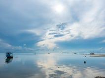 Vissersboot aan de grond over ondiep water stock foto's