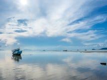 Vissersboot aan de grond over ondiep water royalty-vrije stock foto