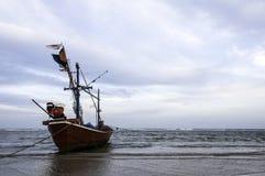 Vissersboot als voertuig om vissen wordt gebruikt te vinden die Royalty-vrije Stock Foto