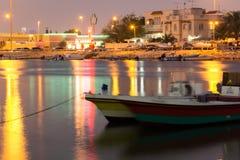Vissersboot in Bahrein bij nacht Stock Foto's