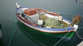 Vissersboot bij anker stock footage