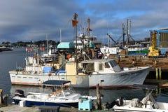 Vissersboot bij de haven van Gloucester, Massachusetts stock foto's