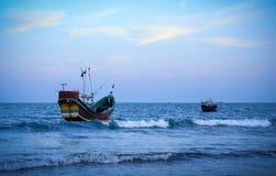 Vissersboot bij de kust stock fotografie