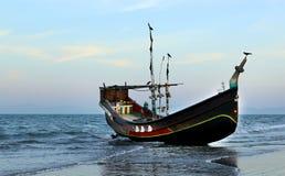 Vissersboot bij de kust royalty-vrije stock fotografie