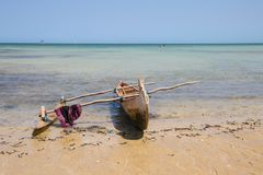 Vissersboot bij de rand van water wordt vastgelegd dat royalty-vrije stock afbeelding