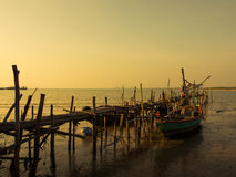 Vissersboot bij een pijler. Royalty-vrije Stock Afbeelding