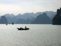 Vissersboot bij Halong baai, Vietnam Stock Afbeelding