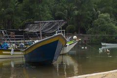 Vissersboot bij haven wordt in Terengganu, Maleisië wordt gevestigd vastgelegd dat royalty-vrije stock foto's