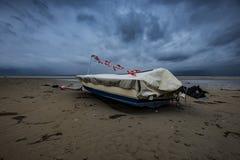 Vissersboot bij hoogtijd Stock Foto's