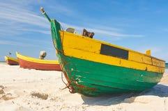 Vissersboot bij Oostzee zandig strand met dramatische hemel tijdens zomer Royalty-vrije Stock Foto