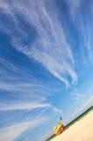 Vissersboot bij Oostzee zandig strand met dramatische hemel tijdens zomer Stock Fotografie
