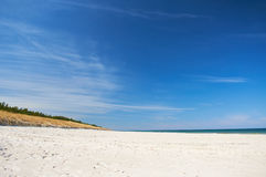 Vissersboot bij Oostzee zandig strand met dramatische hemel tijdens zomer Stock Foto's
