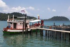 Vissersboot bij oude werf wordt vastgelegd die stock afbeelding