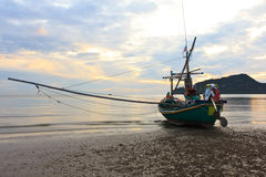 Vissersboot bij pranburistrand in mornin Stock Foto's