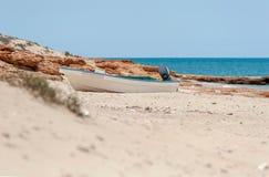 Vissersboot bij strand Omani Golf, Arabische Overzees, Oman, Azië stock foto's