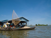 Vissersboot bij Tonle Sap, Kambodja Stock Afbeelding