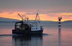 Vissersboot bij zonsondergang, Oban-Baai, Schotland. Royalty-vrije Stock Fotografie