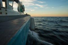 Vissersboot bij Zonsondergang op Banderas-Baai stock afbeelding