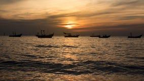 Vissersboot in de avond stock foto