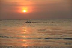 Vissersboot in de avond Stock Afbeeldingen