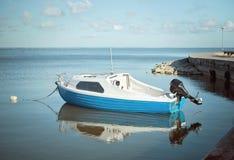 Vissersboot in de baai stock fotografie