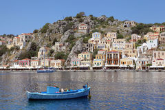 Vissersboot in de haven van Symi, Griekenland Stock Foto's