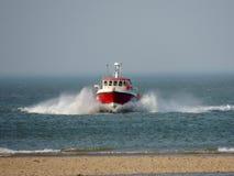 Vissersboot in de hoofden van Norfolk voor kust Stock Fotografie