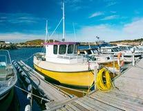 Vissersboot in de lente in de baai wordt vastgelegd die royalty-vrije stock foto