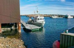 Vissersboot in de lente in de baai wordt vastgelegd die stock afbeeldingen