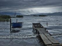 Vissersboot in de ochtend Stock Foto's