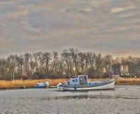 Vissersboot in de rivier wordt verankerd die Royalty-vrije Stock Foto