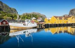 Vissersboot in de vissershaven wordt vastgelegd die Lofoten Stock Afbeelding