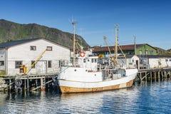 Vissersboot in de vissershaven wordt vastgelegd die Lofoten Stock Afbeeldingen
