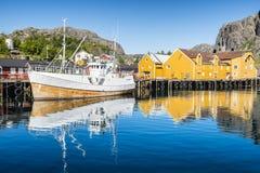 Vissersboot in de vissershaven wordt vastgelegd die Nusfjorden, Lofoten Royalty-vrije Stock Afbeelding