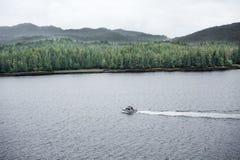 Vissersboot in de Wildernis Van Alaska Stock Foto's