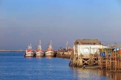 Vissersboot dichtbij de pijler Stock Afbeeldingen